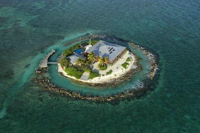 Si parte dai 940 dollari a notte per la East Sister Rock Island, a largo della Florida, dove potrete starvene comodamente in una villa con tre camere da letto in mezzo all'Oceano Atlantico