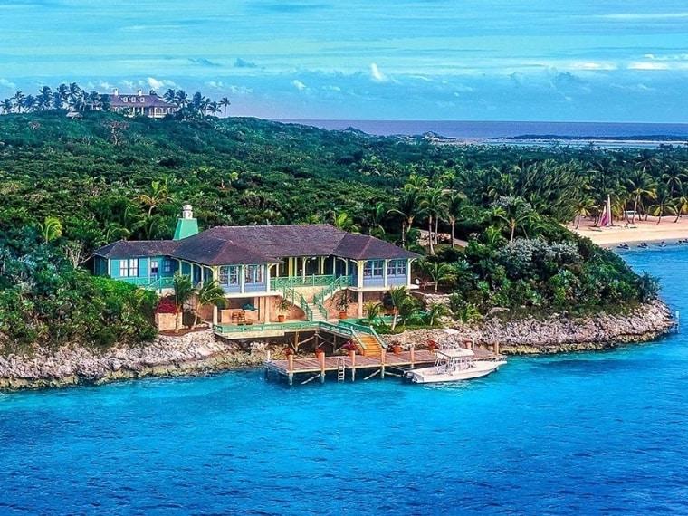Un po' più impegnativo è invece il Musha Cay a Copperfield Bay, nelle Bahamas: un resort di lusso con 12 camere da letto per 24 ospiti a 57000 dollari a notte, forse una delle isole private più lussuosa al mondo in un ambiente tropicale completamente incontaminato con una miriade di fiori, palme e piante
