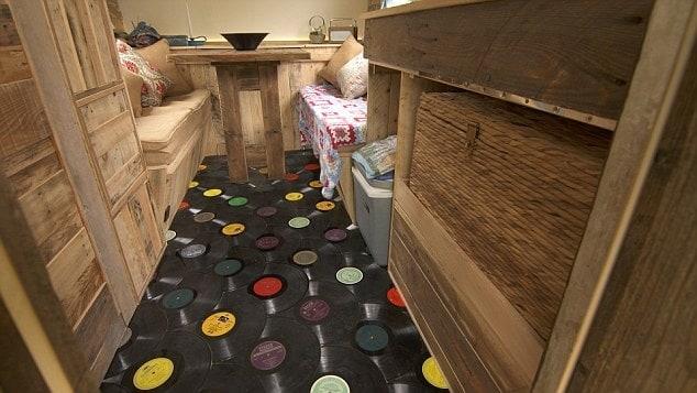 All'interno il pavimento è un tappeto di vecchi vinili.