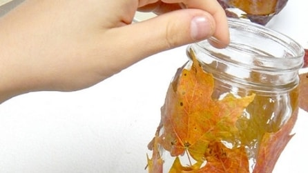 Incolla foglie ingiallite sul barattolo creando qualcosa di speciale