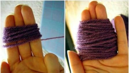 Avvolge la lana attorno alle dita: l'idea geniale