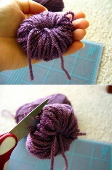 Annoda il filo inserito e ottiene cosi una pallina di lana. Taglia i laterali