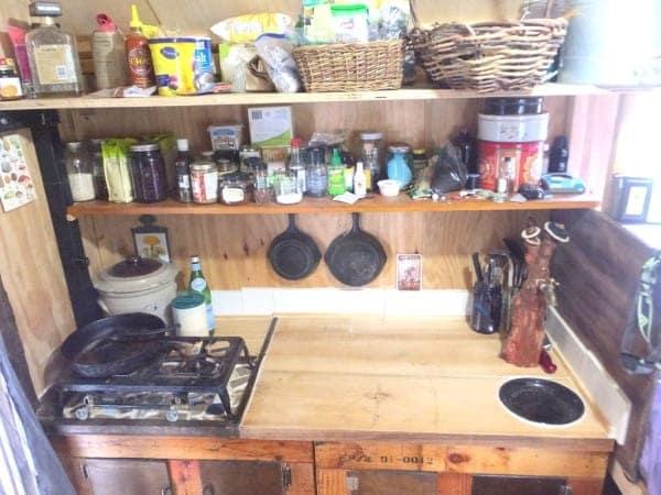 Una cucina completa di tutto.