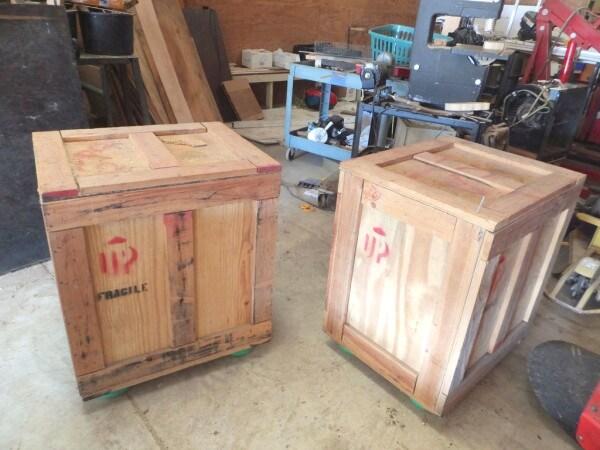 Hanno usato delle vecchie casse si legno per creare rivestimenti e mobili