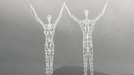 Sembrano enormi sculture ma sono tralicci: stupendo progetto in Islanda