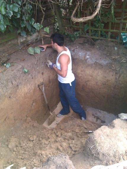 Inizia scavando un profondo buco nel giardino