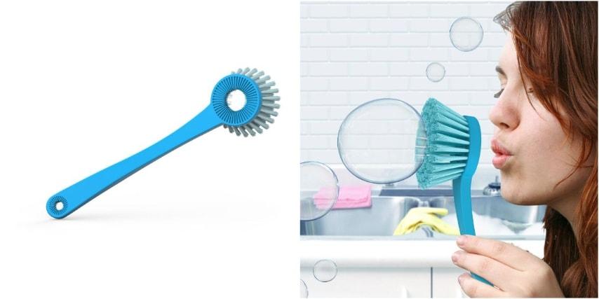 La spazzola per i piatti che fa le bolle di sapone.