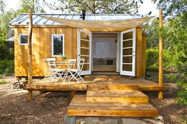 Lo studio Sol Haus design ha progettato una piccola casa, appena 140 piedi quadrati, costruita su un vecchio rimorchio ma che all'interno di vecchio non ha davvero nulla: un piccolo gioiello di modernità con camino e lucernari per la luce naturale e un design sostenibile.