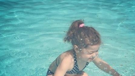 La bambina è in acqua o fuori dall'acqua? La foto che fa impazzire il web