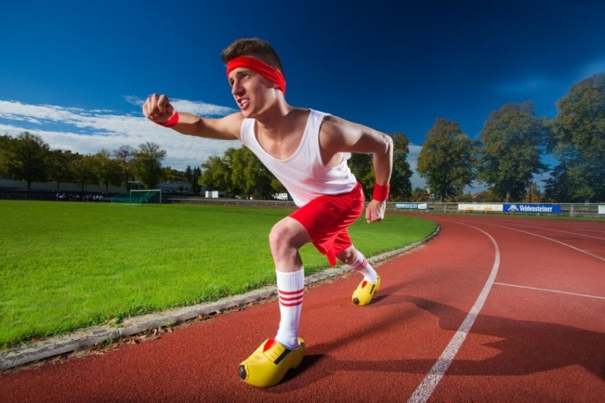 16,27 secondi. per percorrere 100 metri con gli zoccoli ai piedi.