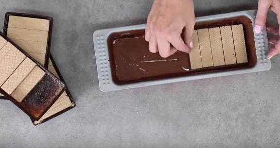 E inizia a creare il primo strato croccante con i wafer