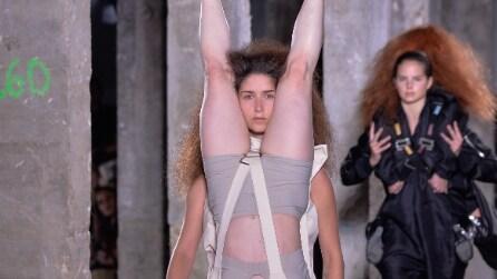 Modelle vestite con modelle: la provocazione di Rick Owens