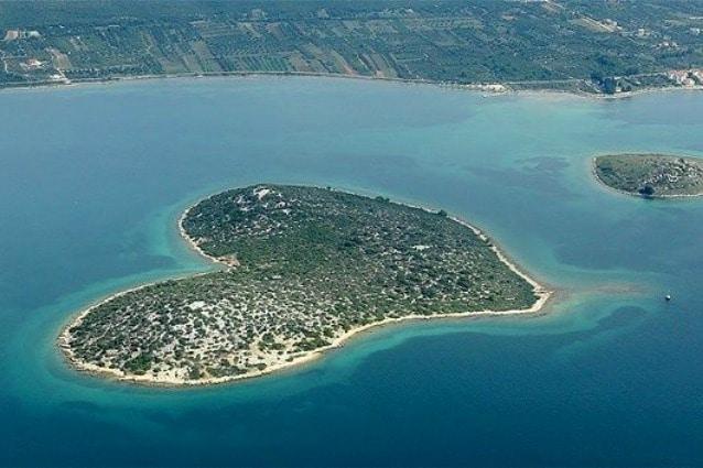 La sua forma a cuore perfetta è stata scoperta nel 2009 grazie a Google Earth e da allora è una meta turistica molto gettonata e neppure troppo lontana dall'Italia trovandosi nel Mar Adriatico.
