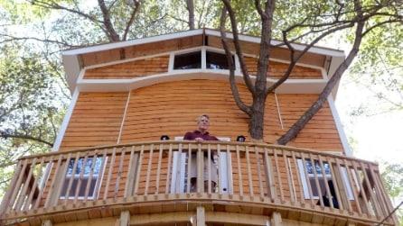Altro che casetta: il nonno costruisce ai nipoti una villa sull'albero