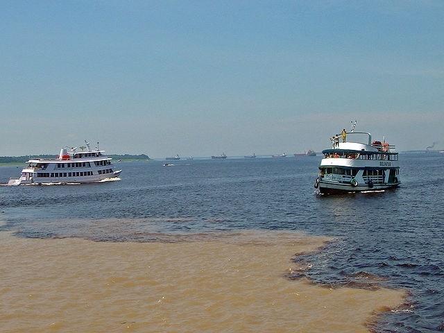 https://en.wikipedia.org/wiki/Meeting_of_Waters#/media/File:Manaus_Encontro_das_aguas_10_2006_103_8x6.jpg