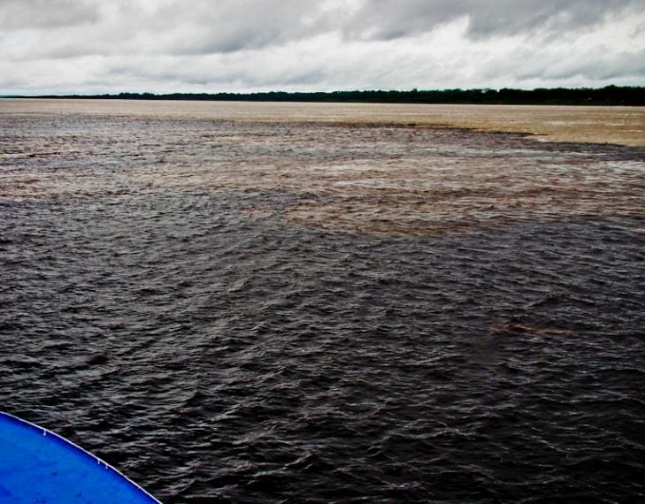 https://commons.wikimedia.org/wiki/File:Encontro_das_aguas_dos_rios_Negro_e_Solim%C3%B5es_Manaus_Amazonas_Brasil.jpg