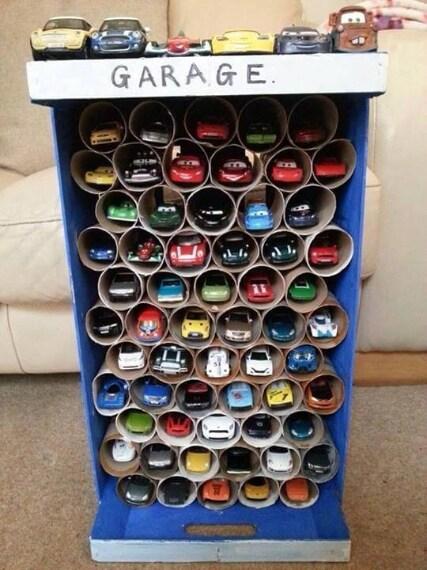 Un pratico garage per le macchinine