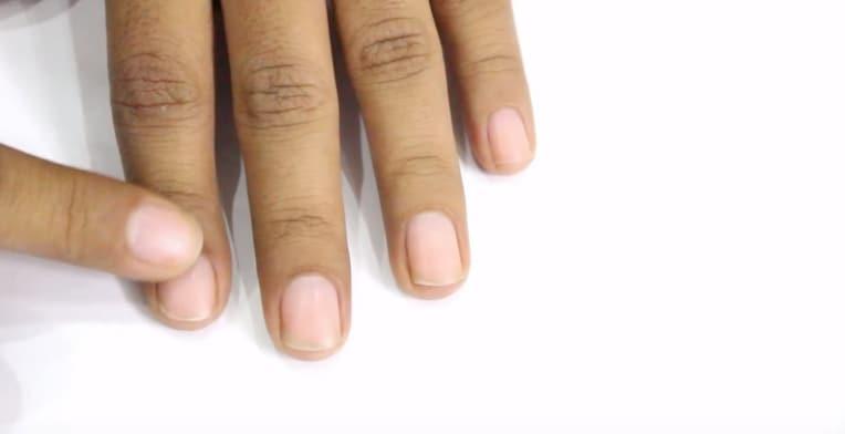 Per prima cosa bisogna massaggiare le dita, nella parte attorto l'unghia.