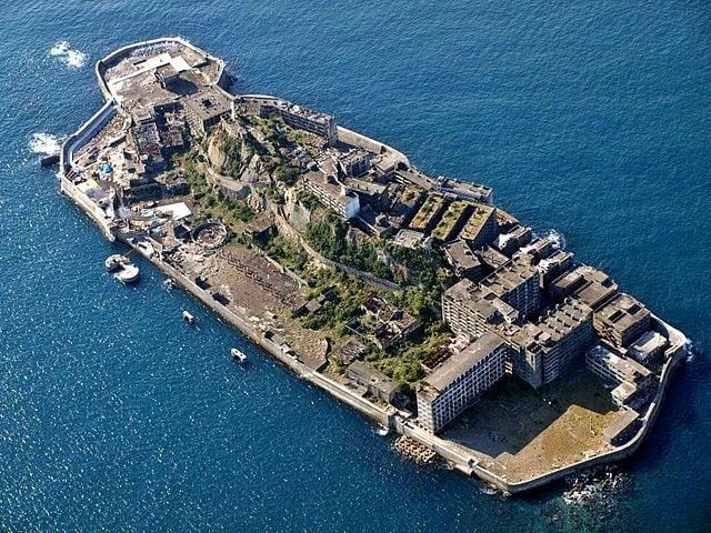 https://it.wikipedia.org/wiki/Hashima_(isola)#/media/File:Battle-Ship_Island_Nagasaki_Japan.jpg