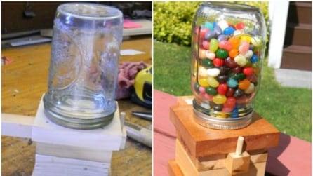 Ecco come trasformare un semplice barattolo in un distributore di caramelle