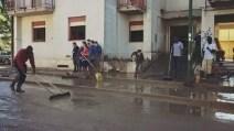 Benevento, gli immigrati diventano angeli del fango