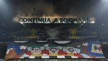 La coreografia sfotto' dei tifosi prima di Inter-Juve