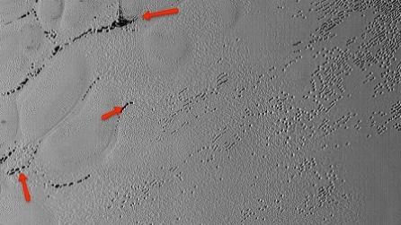 Cosa sono questi strani buchi sulla superficie di Plutone?