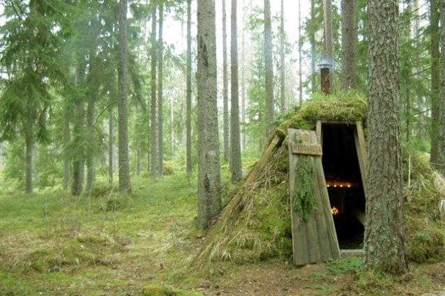 Conosciuto come l'hotel più primitivo della Svezia, a due ore da Stoccolma, dove si dorme in una sorta di cunicolo sotterraneo, una grotta spartana dove non ci sono docce né elettricità.