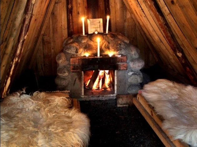 Qui si può vivere a stretto contatto con la natura come dei perfetti cavernicoli. Si dorme in dodici cabine piccole ben mimetizzate, coperte di fango ed erba, con mirtilli e funghi che crescono spontaneamente sui loro tetti.