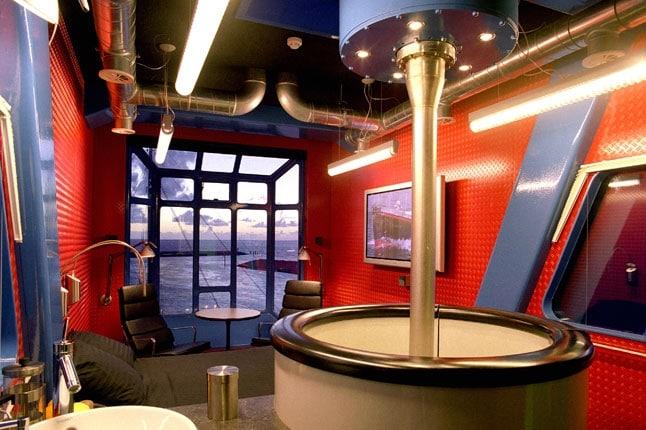 Ad Amsterdam c'è invece l'Harbour Crane Hotel che sorge all'interno di una gru del 1967 ancora funzionante nel porto di Harlingen. Fino alla fine degli anni 90 veniva utilizzata per scaricare legname sulle navi russe per poi essere convertita in una suite super lusso, a 17 metri da terra, dotata di ogni comodità ma soprattutto di un sistema che fa ruotare la cabina di 360° a piacimento.