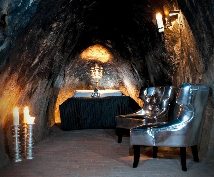 In Svezia si può alloggiare nella suite più profonda del mondo posta a 155 metri sotto terra in un'antica miniera di argento, si chiama Sala Silvermine Hotel ed è una residenza di lusso che vi permetterà di vivere nel cuore della Terra.