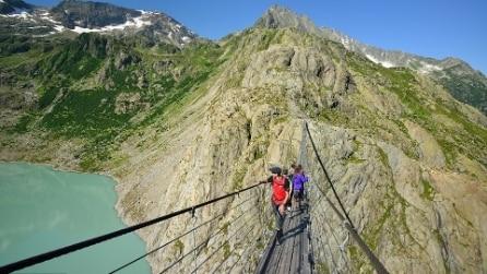 Il ponte sospeso nel vuoto è da brividi: ecco uno dei posti più incantevoli d'Europa