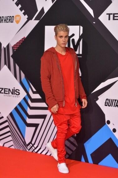 La popstar cerca di mimetizzarsi con il red carpet e sceglie un total look in rosso. VOTO: 3