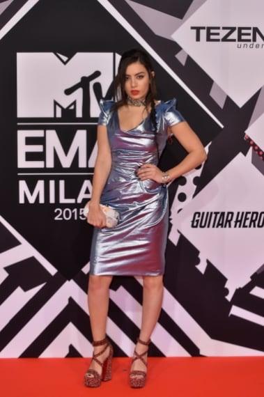 Charli XCX ha sbagliato tempo, la popstar sogna il futuro e si presenta sul red carpet con un abito destrutturato in liquid silver davvero estremo. VOTO: 3