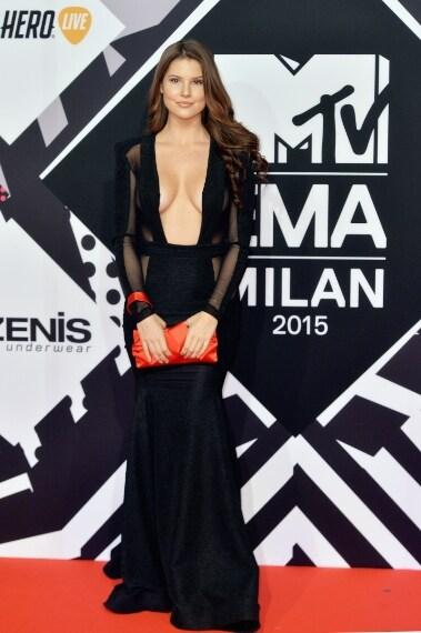 Amanda ha dimenticato di coprire il seno prima di uscire di casa ed ha preso la prima borsetta a caso dall'armadio per completare il look, scelta sbagliata? VOTO: 5