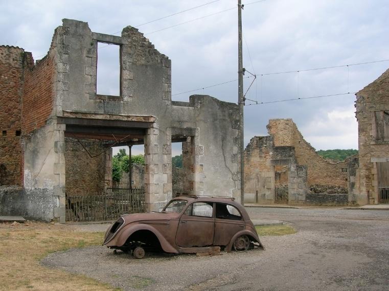 Considerato un memoriale degli orrori della Seconda Guerra Mondiale , questo villaggio francese nel 1944 fu invaso dai nazisti che ne uccisero gli abitanti e lo diedero alle fiamme. Non è mai stato ricostruito.