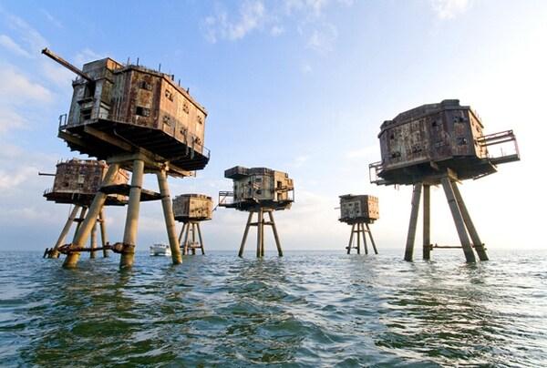 Progettate per proteggere l'Inghilterra da una possibile invasione nazista durante la seconda guerra mondiale, oggi sono per lo più abbandonate ed abitate solo da eremiti e contrabbandieri.