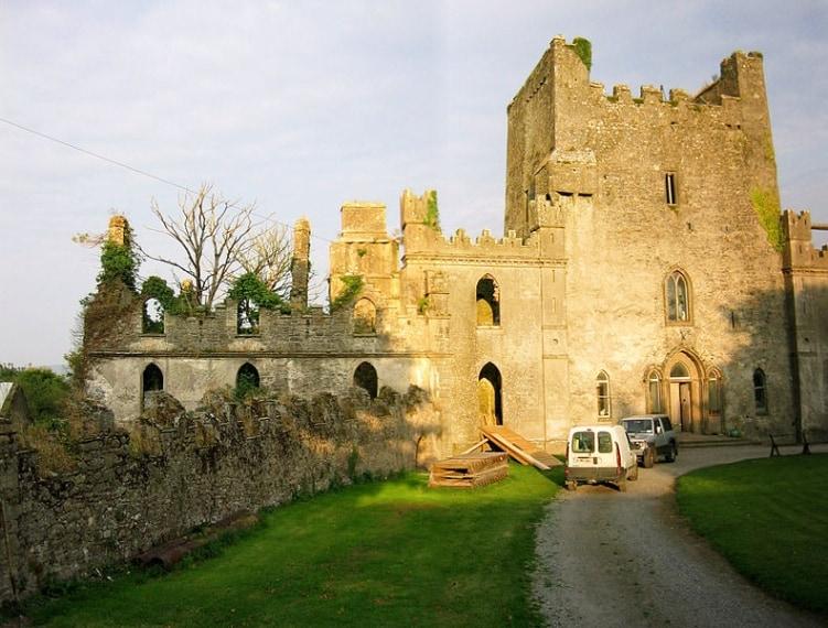 Spiriti e fantasmi abitano questo castello, uno dei più infestati del mondo a causa delle sanguinose vicende succedutesi nei secoli tra le sue mura.
