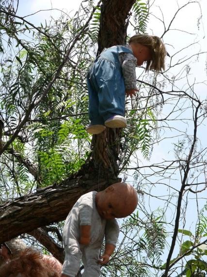 L'isola delle bambole è un'isola disabitata a Xochimilco, Messico. Secondo la leggenda, una ragazza è morta nei canali che circondano l'isola, dopo di che le bambole hanno iniziato a comparire di continuo. L'unico abitante dell'isola ha così iniziato ad appenderle intorno all'isola come una veglia per la ragazza deceduta.
