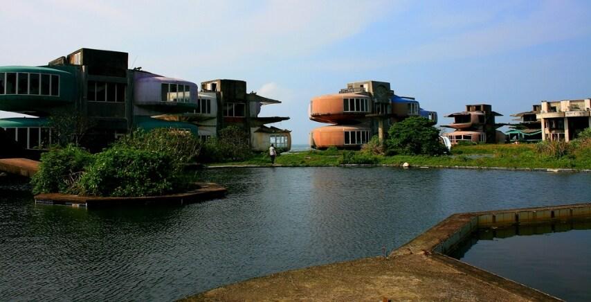 San Zhi doveva essere un tranquillo resort fuori Taipei. Misteriosamente, la costruzione fu improvvisamente abbandonata dopo una serie di morti avvenute sul posto oggi spettrale.