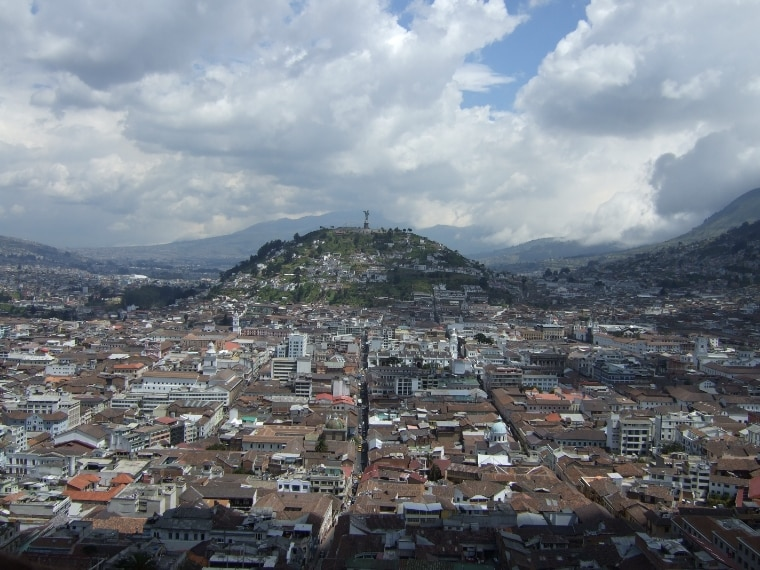 https://it.wikipedia.org/wiki/Quito#/media/File:Virgen_de_Quito.jpg