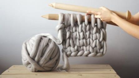 Un gomitolo di lana e dei ferri giganti: ecco cosa realizza
