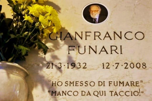 """Gianfranco Funari in vita è stato sicuramente uno dei personaggi televisivi italiani più coloriti e complessi della storia del piccolo schermo e non desta meraviglia dunque che l'epitaffio sulla sua tomba sia tra i più divertenti: """"Ho smesso di fumare"""" e """"manco da qui taccio""""."""