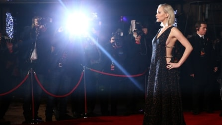 Jennifer Lawrence scollatissima sul red carpet per la prima del suo film