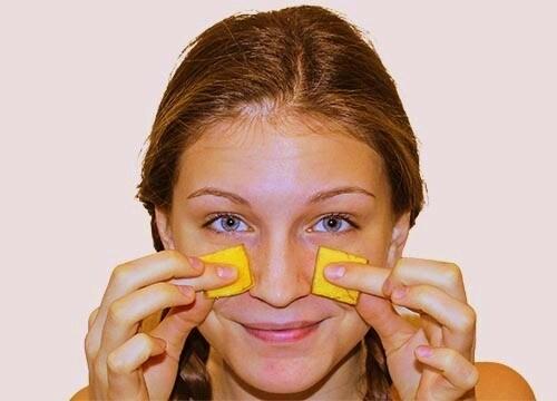 Tagliate due piccoli pezzi di una buccia di banana e teneteli sopra i vostri occhi per almeno 15 minuti per ottenere un look luminoso e ridurre le occhiaie. (gastromessiah.com)