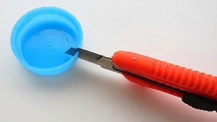 Fa un piccolo taglio sul tappo: ecco in cosa lo trasforma