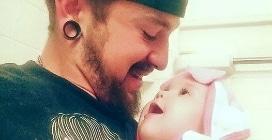 A 21 anni è un papà single ed il suo amore per la figlia diventa virale