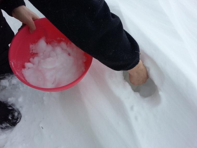 Poi prende della neve morbida e pulita