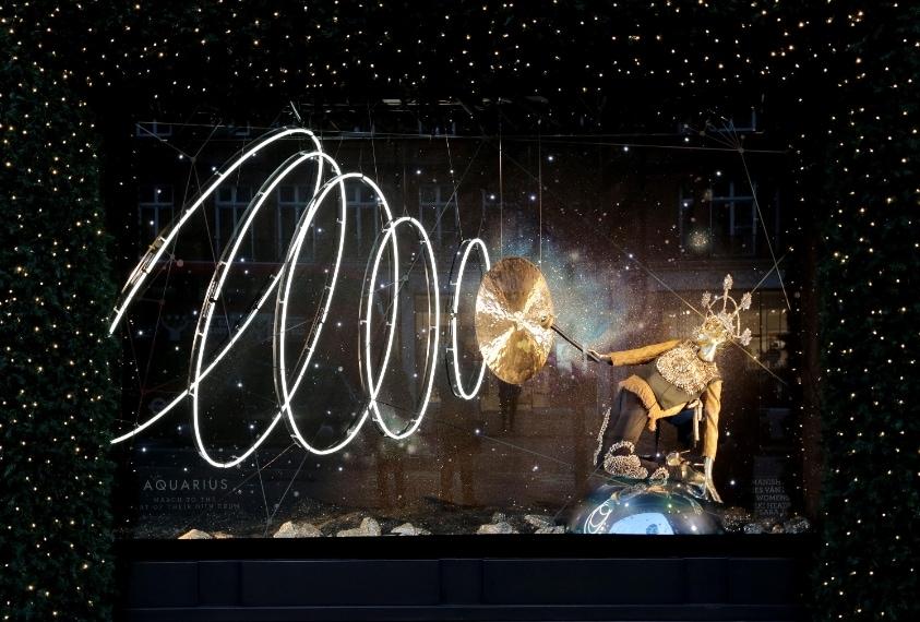 Costellazioni ed astrologia sono gli elementi che ispirano le 12 vetrine di Selfridges.