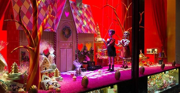 Le vetrine sono trasformate in una serie di fasi teatrali, complete di luci, scenografie e tende di velluto.